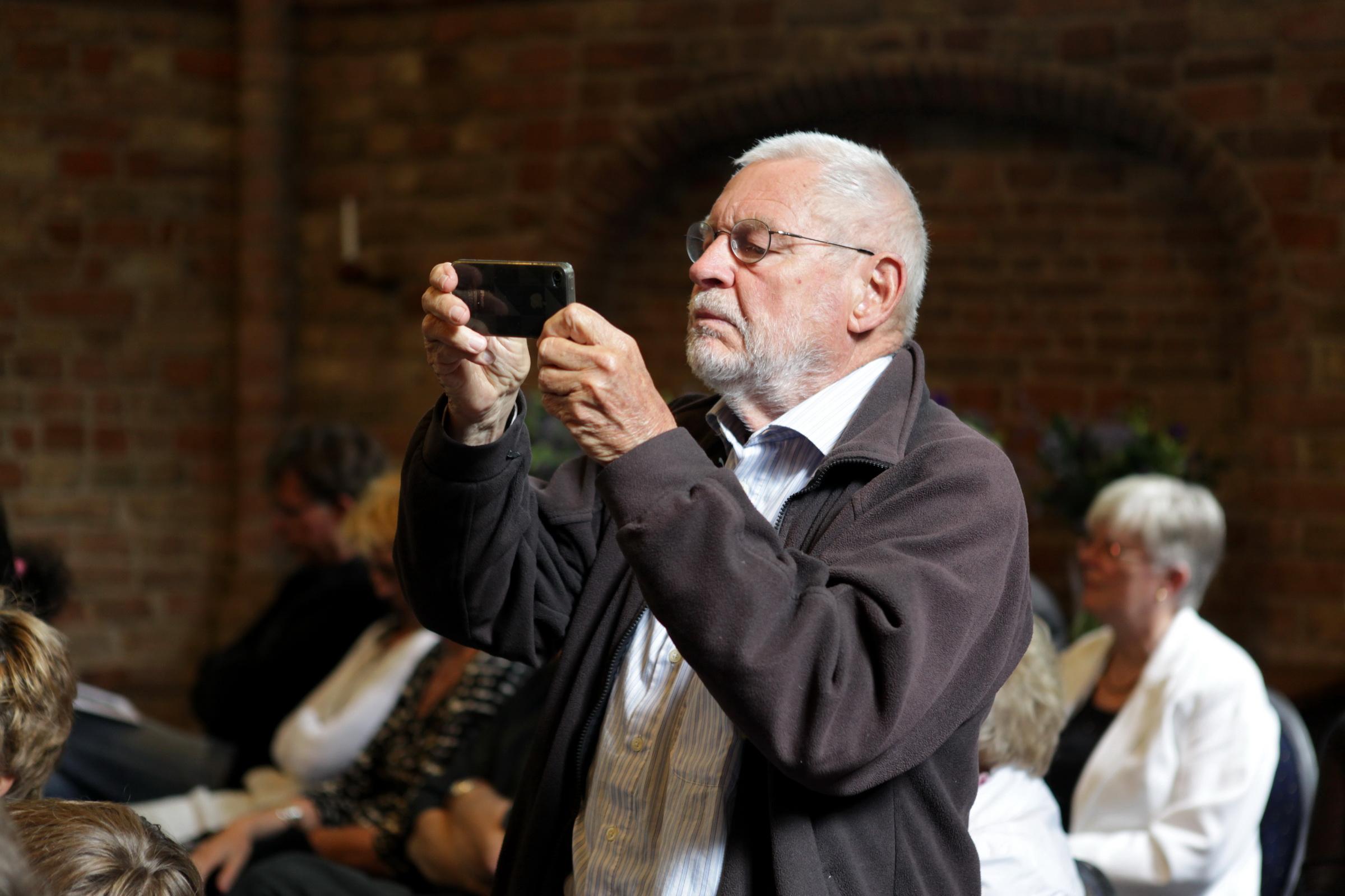 Wim Zwiers tijdens de presentatie van 'De prentkunst van Peter Lazarov' - 1-7-2011