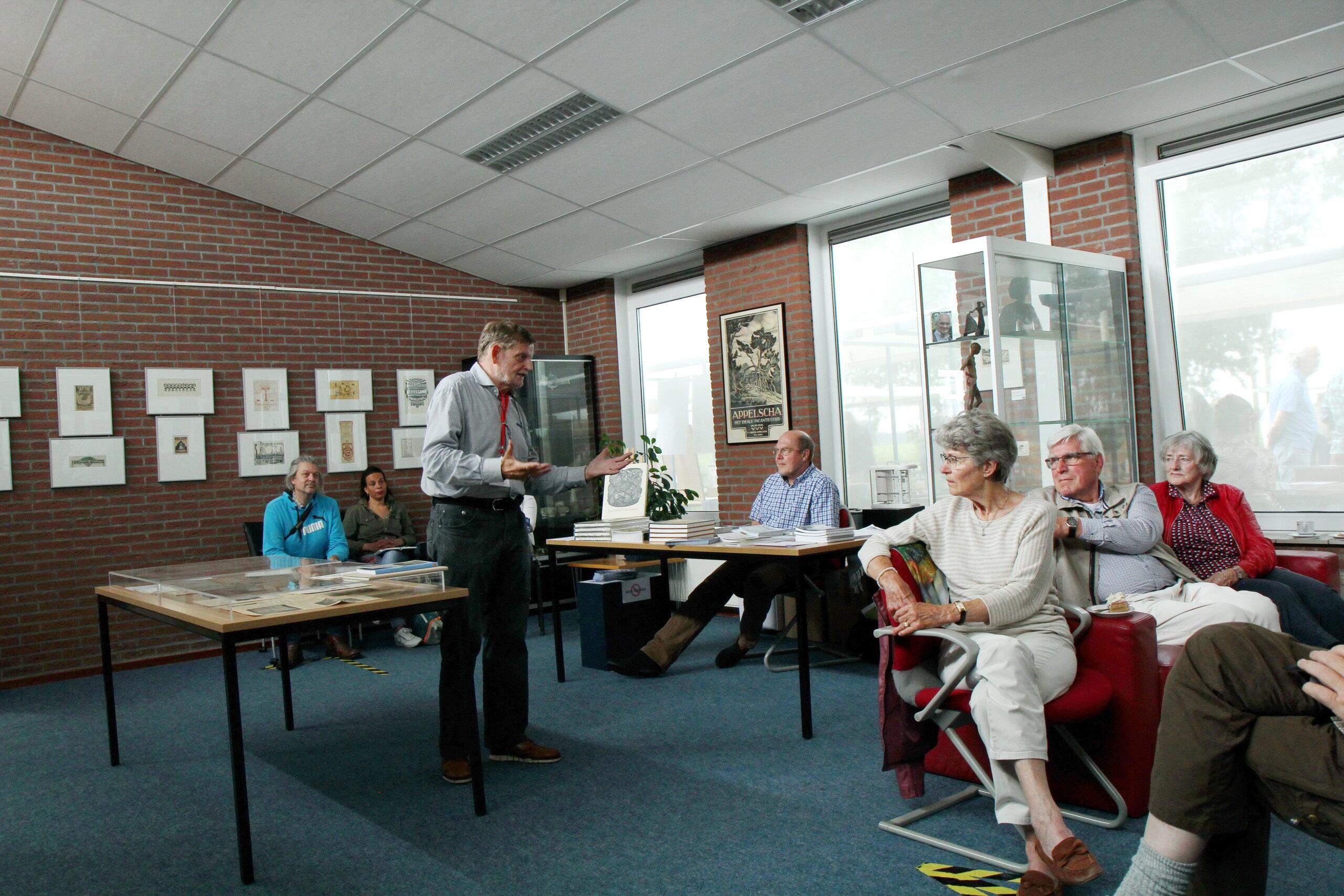 Pieter Jonker geeft toelichting op de Sierd Geertsma-expositie